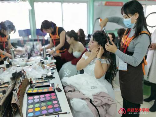 北京良径化妆造型学校 学员化妆