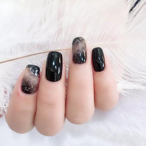 想不到透透的黑色美甲也能这么美!