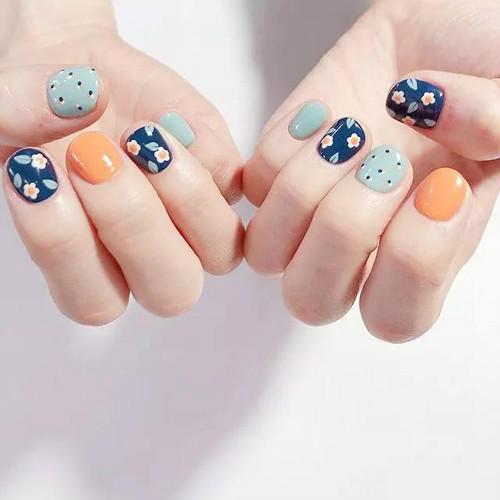 今年夏天流行的短指甲妹子的美甲