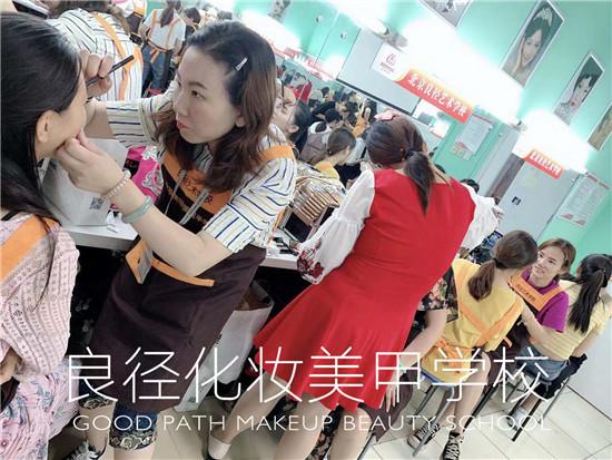 北京亚博app苹果版下载亚博体育官网软件下载造型学校 学员亚博体育官网软件下载练习