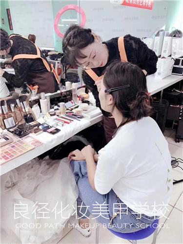 北京良径化妆造型学校 学员练妆