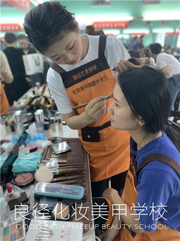 北京亚博app苹果版下载亚博体育官网软件下载造型学校 学生练妆