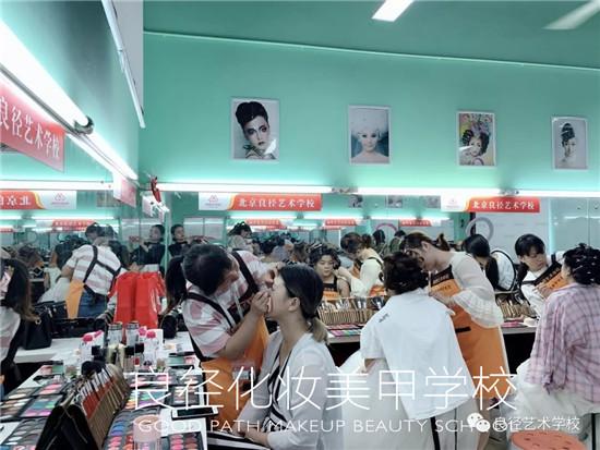 北京良径化妆造型学校 影楼班学员化妆考试3