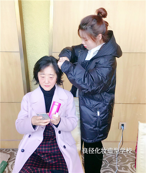 北京良径化妆造型学校 化妆实习中