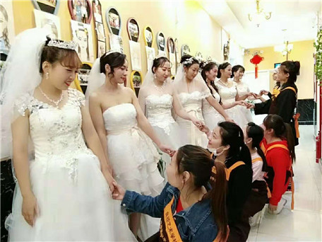 北京亚博app苹果版下载亚博体育官网软件下载造型学校 学员新娘妆合影