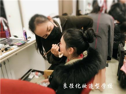 北京良径化妆造型学校 学员化妆实习