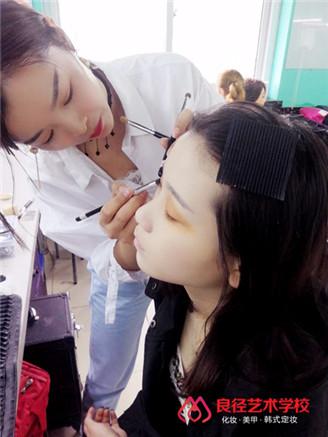 北京良径化妆造型学校 学员学化妆