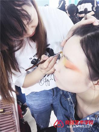 北京良径化妆造型学校 学员学化妆1