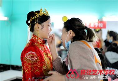 北京良径化妆造型学校 学生练妆