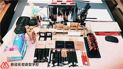 学化妆自学还是到专业化妆学校学习好?