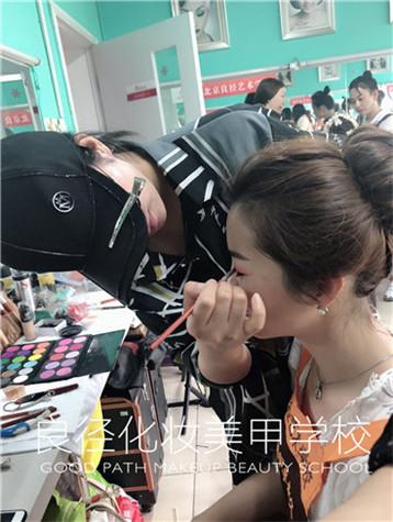 北京良径化妆培训 化妆班学员练妆