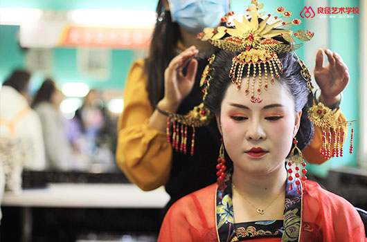 北京化妆学校毕业的好找工作吗 良径唐妆课堂花絮