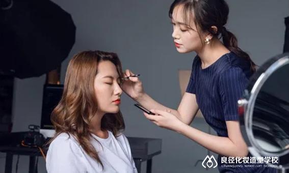 北京学化妆当化妆师未来就业前途怎么样?