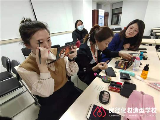 3.8女神节小杰老师正在给大家分享个人形象化妆课程1