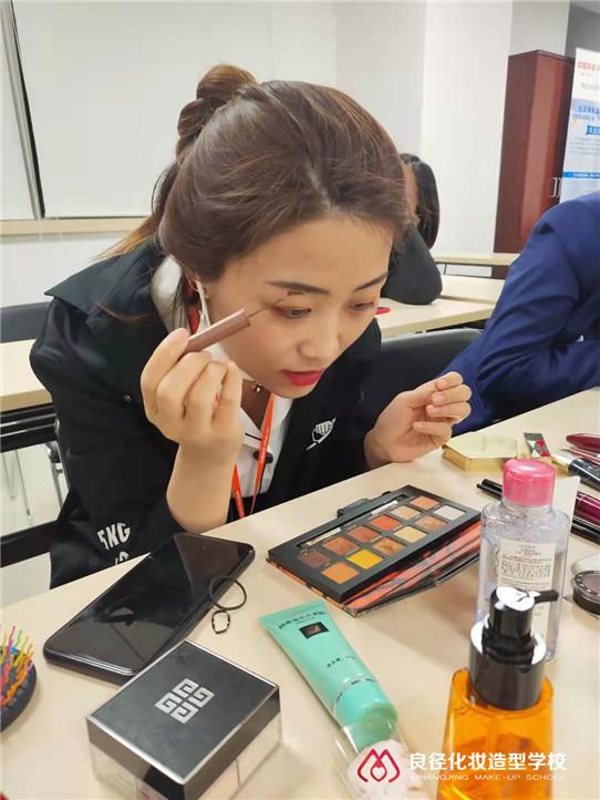 3.8女神节小杰老师正在给大家分享个人形象化妆课程3