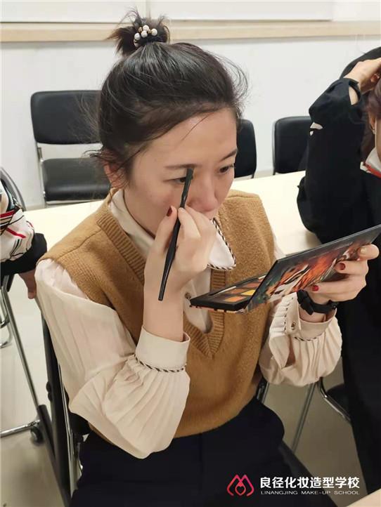 三八女神节小杰老师正在给大家分享个人形象化妆课程4