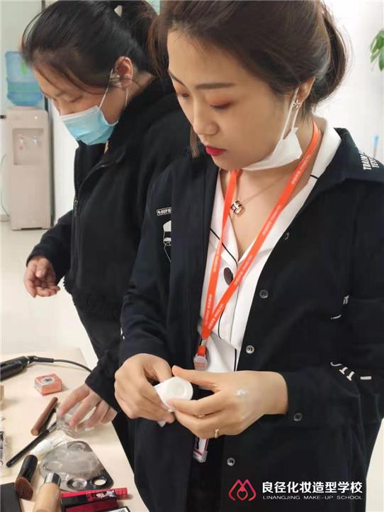 三八女神节小杰老师正在给大家分享个人形象化妆课程5