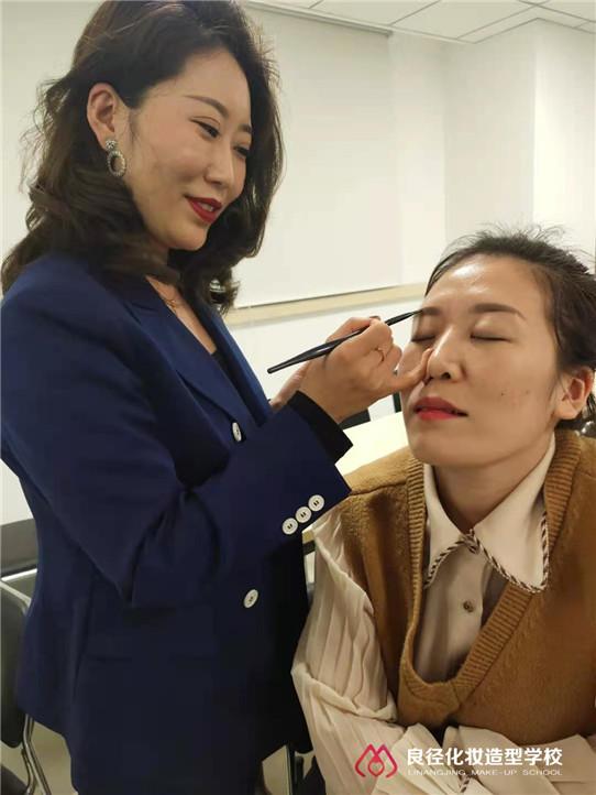 3.8女神节小杰老师正在给大家分享个人形象化妆课程6