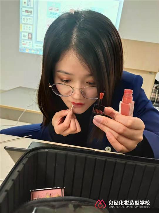 3.8女神节小杰老师正在给大家分享个人形象化妆课程7