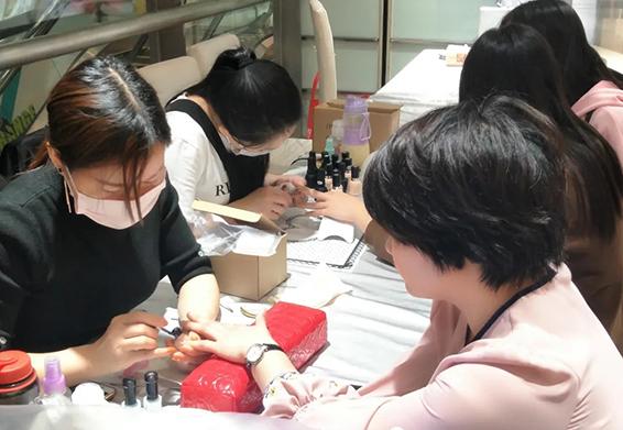 去美甲美睫速成班在北京哪家比较好 美睫美甲店学员就业