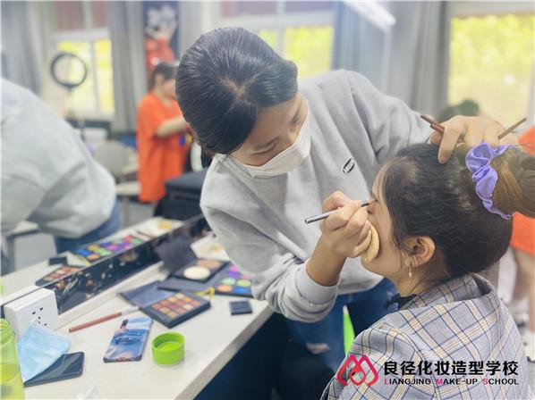 为什么同为化妆师收入差距却那么大?