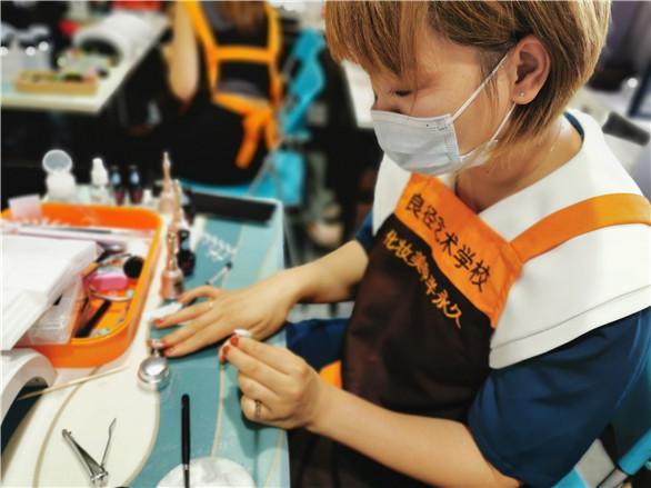 北京化妆美甲培训职业学校怎么选择?