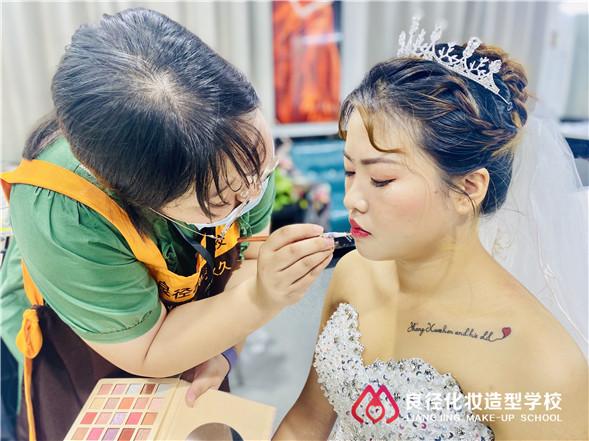 北京哪个年龄段适合学习化妆成为化妆师 良径化妆学校练化妆