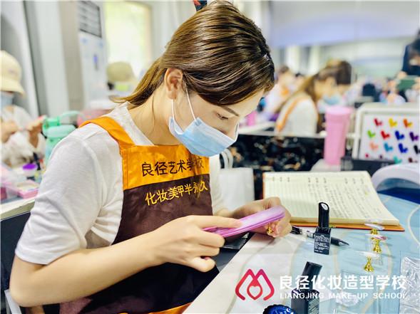 北京化妆美甲学校收费得花多少钱 良径美甲培训班学员练习