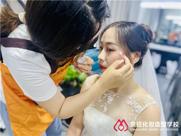 学化妆大概需要多少学费在北京哪里可以学 良径化妆学校学化妆