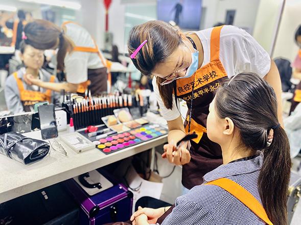 化妆培训班一般全部费用为多少钱 良径化妆学校学员练妆