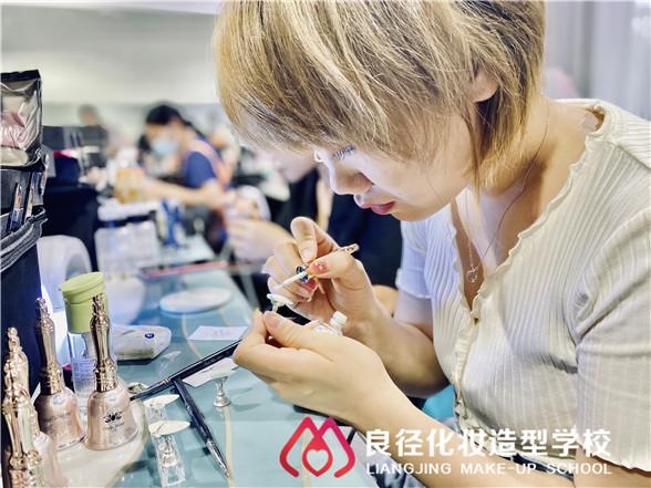 初中毕业后学化妆美甲技术哪家学校好 良径美甲学校学员练习1