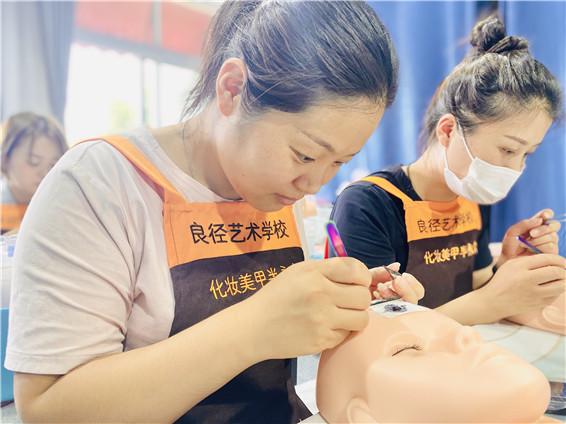 北京化妆学校分享:美睫嫁接后的注意事项