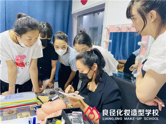 北京嫁接睫毛培训:为什么那么多人学美睫?